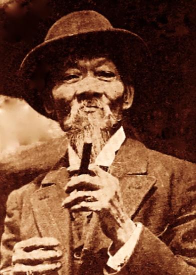 """Na zdjęciu Tommy Lee przywódca gangu On Leong Tong. Nie ma za wiele zdjęć przywódcy konkurencyjnego gangu Hip Sings. Zgodnie z opisem z Wikipedii: """"miał bardzo długie paznokcie i cale palce pokryte pierścionkami z brylantów"""". Długie paznokcie miały być dowodem tego, ze jest tak bogaty ze sam już nie musi zupełnie pracować rękoma."""